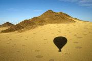 Balón prelietava ponad okraj púšte Namib. Kruhy vo vegetácii mohli spôsobiť smädné termity a rastliny.
