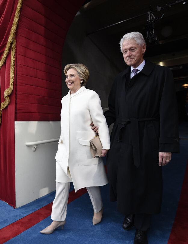 Exprezident Clinton s Trumpovou súperkou vo voľbách Hillary.