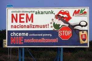 Tento dvojjazyčný bilbord SMK vlani v auguste varoval pred prijatím jazykového zákona. Nestalo sa a SMK v kampani oslovovala voličov len v maďarčine. Ministerstvo kultúry za to dá strane pokutu.
