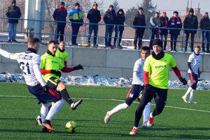 Pre futbalistov Serede (v zelených dresoch) to bol dnes prvý zápas v zimnej príprave.