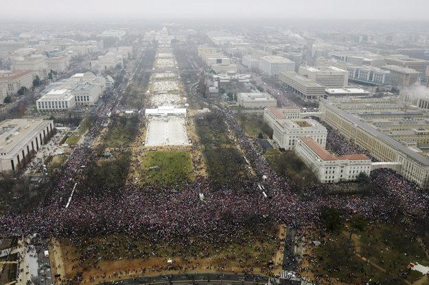 Pohľad zhora na protestujúcich na Independence Avenue vo Washingtone