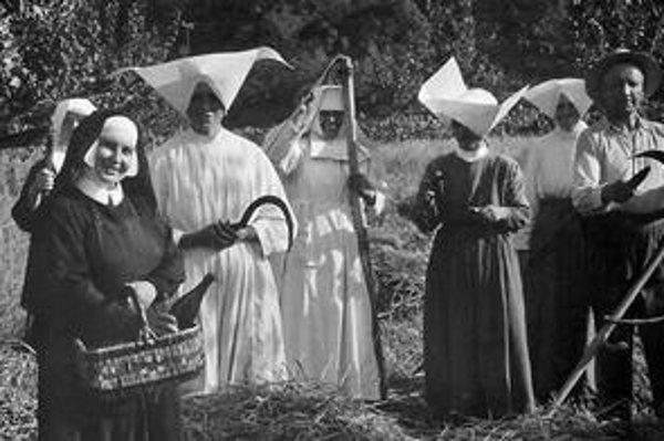V 50. rokoch vyhnali komunisti rehoľné sestry z kláštorov. Pracovali v lesoch, na poliach aj v továrňach.