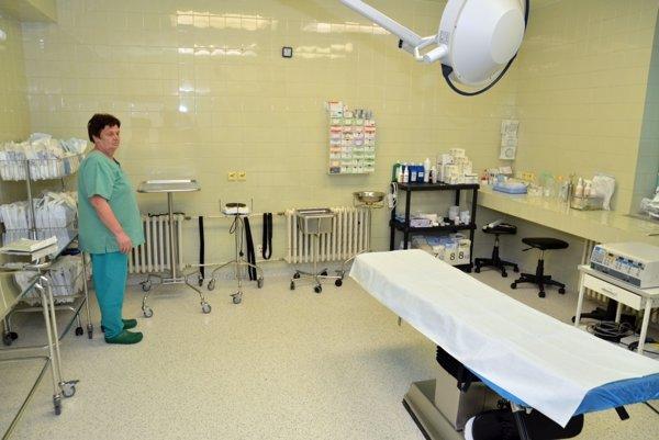 Plánované operácie zrušili. V nemocnici nemajú dostatok voľných lôžok.