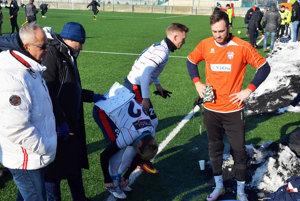 Brankár Dominik Holec (v oranžovom) bude na jar súčasťou tímu FC ViOn. Vľavo tréneri Jarábek aMráz.
