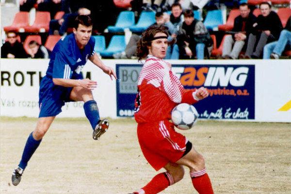 Snímka stará 14 rokov zo stretnutia FC ViOn - Neded. Vpravo v červenom drese Martin Černáček, vľavo domáci R. Mandrák.