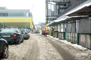 Poobedná siesta?Pracovníci čakali na auto, ktoré malo odviesť pripravené kopy snehu.