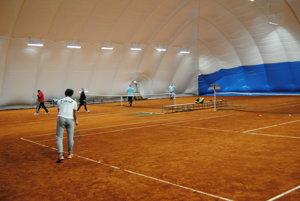 V novej nafukovacej hale v Prešove sa už hrá tenis.