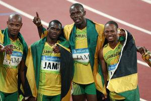 Zľava Asafa Powell, Nesta Carter, Usain Bolt a Michael Frater po tom, čo vyhrali finále OH v Pekingu.