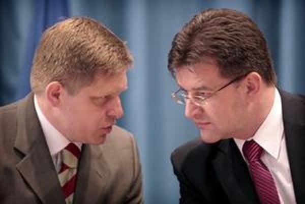 Predseda vlády Robert Fico a minister zahraničných vecí Miroslav Lajčák po mimoriadnom rokovaní vlády.