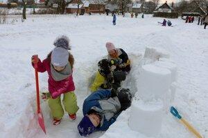 Pri budovaní hradu sa deti zabávali.