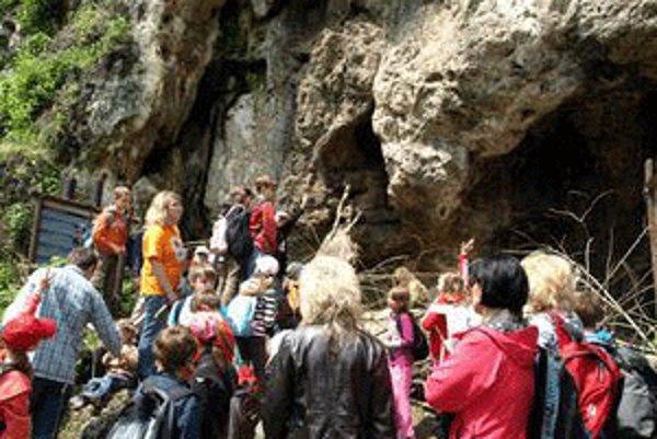 Malí šamani si vyskúšali, ako žili neandertálci v Bojniciach.