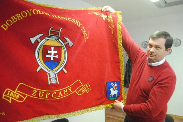 Starosta Župčian František Novotný s vlajkou DHZ.