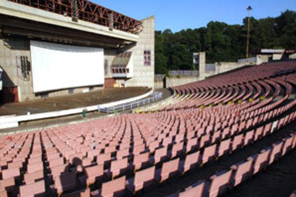 Viac ako sto ľudí príde do letného kina výnimočne.
