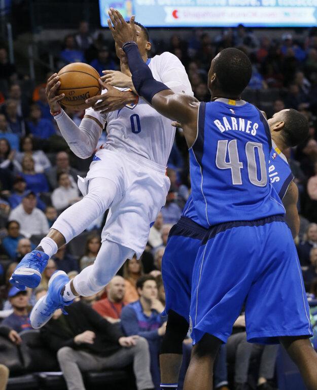 Russell Westbrook (vľavo) sa snaží presadiť cez dvoch basketbalistov súpera.