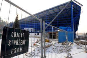 Štadión v Kežmarku. Ostal rozostavaný po skrachovanej deaflympiáde.