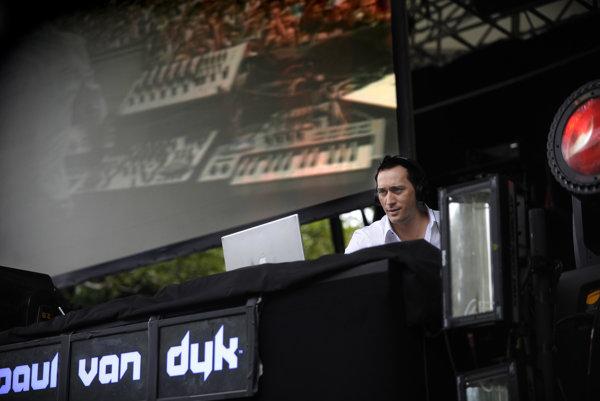 """Matthias Paul (45 rokov) s prezývkou Paul van Dyk sa narodil v Eisenhüttenstadte. Bol dvakrát označený za najlepšieho DJa planéty a z jeho albumov sa celosvetovo predali milióny. Jeho kariéra začala v deväťdesiatych rokoch, vtedy hral hudobný žáner s názvom trance. Dnes ho už volá jednoducho """"elektronická hudba."""" Bol medzi prvými, ktorí získali nomináciu na Grammy v novej kategórii Najlepšia elektronická/tanečná nahrávka. Cenu potom získal za spoluprácu na soundtracku k filmu Temný rytier."""