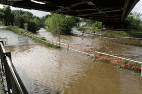 Cesta pod železničnými mostami v Prievidzi je opäť zaliata.