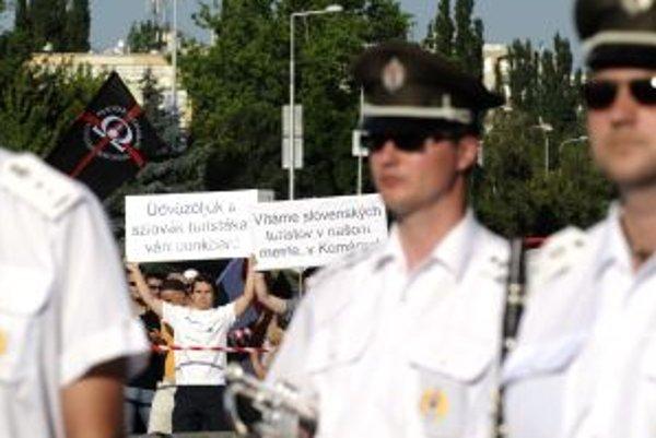 Policajti oddelili protestujúcich od ostatných.
