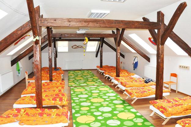 V spálni ostali pôvodné drevené trámy.