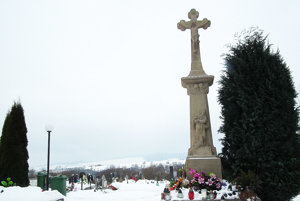 Zreštaurovaný kríž neďaleko vstupu do cintorína.