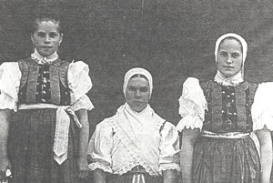 Dobová fotografia ľudového kroja zo Stankovian zachytáva matku s dcérami (vľavo slobodná, vpravo vydatá)