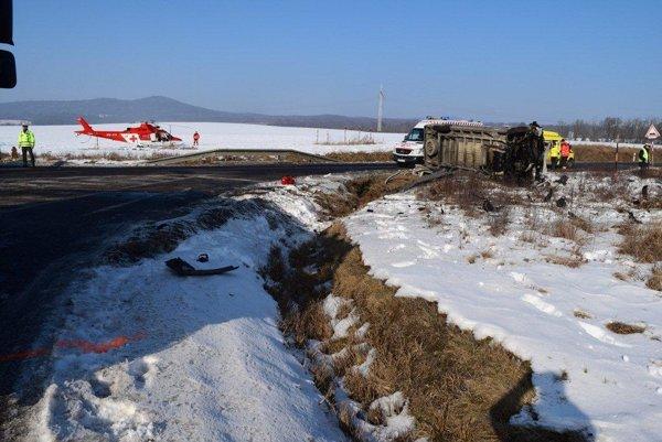 Vodiča ratovali leteckí záchranári, spolujazdkyňa umrela.
