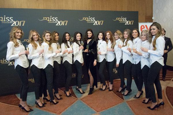 Finalistky Miss Slovensko 2017 s náhradníčkou a Karolínou Chomistekovou.