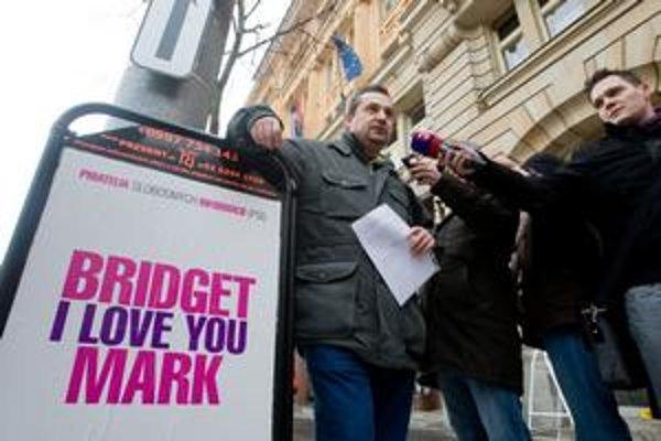 Anglický nápis použil Dostál na ukážku absurdnosti jazykového zákona ministra Mareka Maďariča (Smer).
