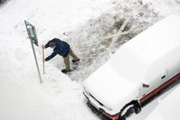 Mestá si na pomoc so snehom zavolali aj súkromníkov, míňajú viac, ako pôvodne chceli.