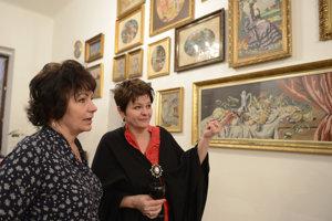 Druhá zľava je zberateľka Alica Tokarčíková.
