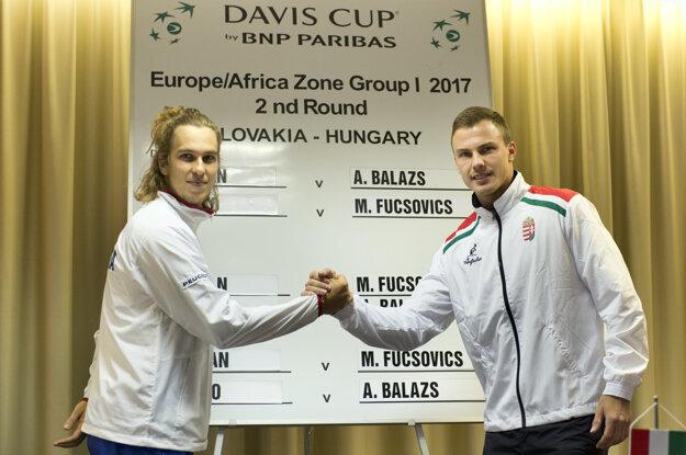 Lukáš Lacko (vľavo) nastúpi proti Mártonovi Fucsovicovi.