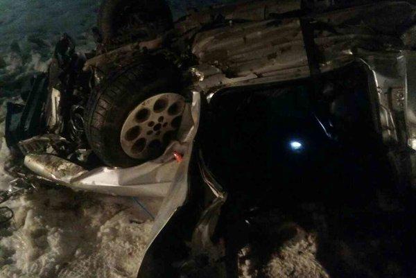 V prevrátenom aute zostal  zakliesnený človek.