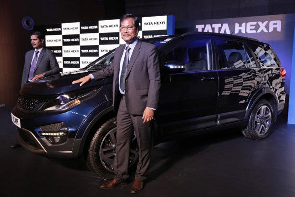Viceprezident Tata Motors S. N. Barman pri predstavení SUV Tata Hexa, vlajkovej lode značky v januári.
