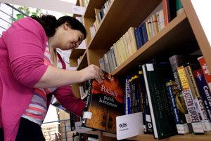 Knižnica. Miesto v nej môžu nájsť aj tituly darované od ľudí.