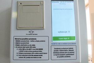 Automat na časenky a monitor.