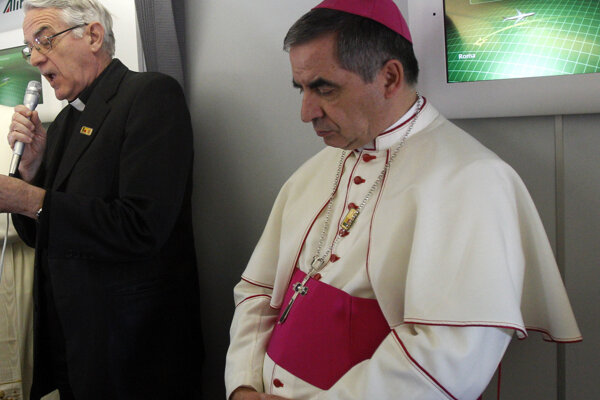 Otec Federico Lombardi (vľavo) a arcibiskup Angelo Becciu.