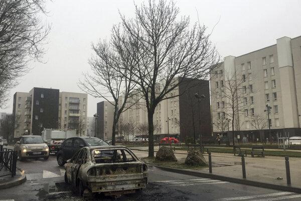 Zábery z ulíc Paríža po tom, ako polícia rozohnala násilné protesty.