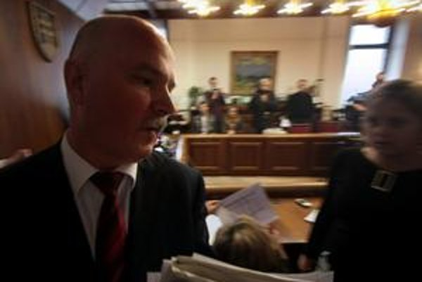 Janušek dnes pred otázkami o morálnosti jeho tendra uhýbal. Nástenka za zamknutými dverami vraj bola prístupná. Jeho stranícky šéf Slota ministra drží, podporil ho aj pri odvolávaní v parlamente.