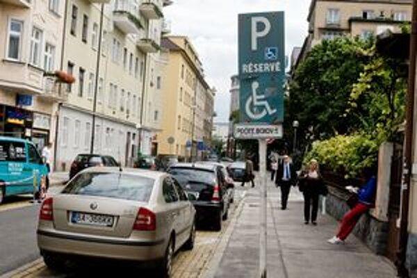 Parkovanie na vyhradenom mieste môže stáť až tristo eur.
