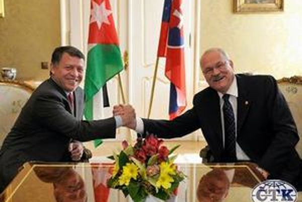 Prezident Gašparovič sa pri zahraničných návštevách správa bezprostredne, ale bez tlmočníka je odkázaný hlavne na úsmevy. Na obrázku s jordánskym kráľom Abdalláhom II.