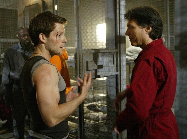 Richard Hatch (vpravo) s kolegom Jamiem Bamberom pri nakrúcaní pokračovania Hviezdnej lode Galactica.