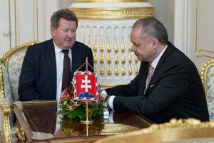 Prezident Andrej Kiska (vpravo) a končiaci predseda regulačného úradu Jozef Holjenčík.