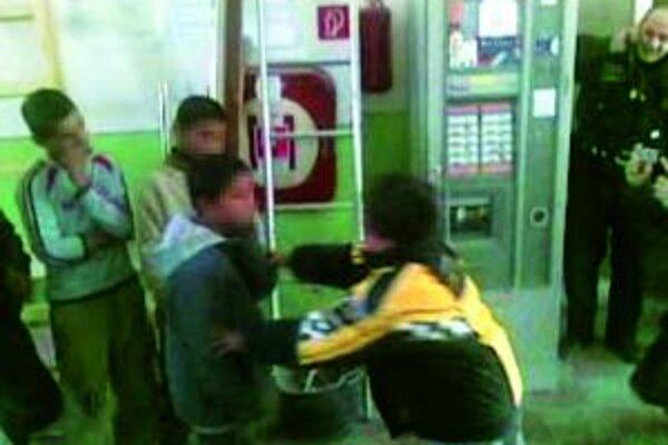 Chlapci sa museli navzájom fackať a bozkávať. Týranie policajti ukončili tak, že ich prinútili vyzliecť sa donaha.