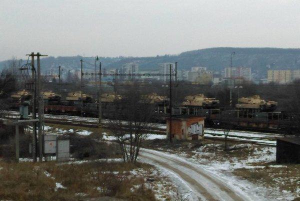 Naložený nákladný vlak. Transport vojenskej techniky cez Košice je súčasťou manévrov NATO.