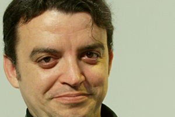 Narodil sa v roku 1971 v Modre. Bol spoluzakladateľom VPN v Pezinku. Vyštudoval žurnalistiku na FF UK v Bratislave, neskôr ukončil postgraduál na Katedre slovenských dejín a archívnictva. Od roku 2002 má titul PhD. V roku 2005 bol habilitovaný v odbore sl