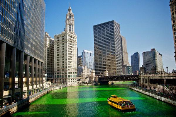 Oslavy Dńa sv. Patrika v Chicagu.