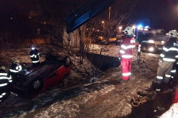 Auto bolo v priekope otočené na strechu, hasiči museli povolať špeciálnu techniku.