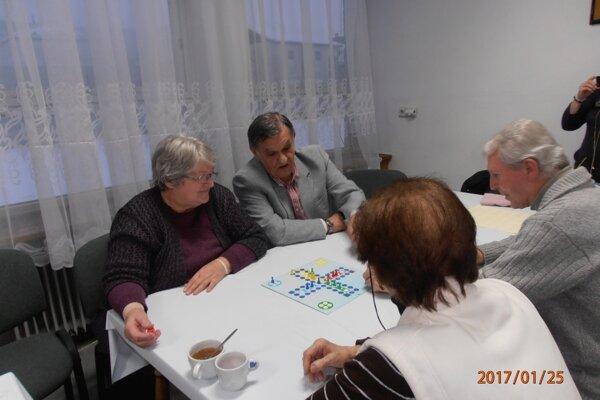 Obľúbenú spoločenskú hru Človeče, nehnevaj sa! si seniori zahrali súťažne.