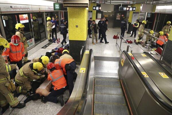 Hasiči ošetrujú zranených cestujúcich na stanici metra v Hongkongu.