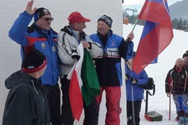 František Dolník (vpravo) na stupni víťazov počas olympiády veteránov.